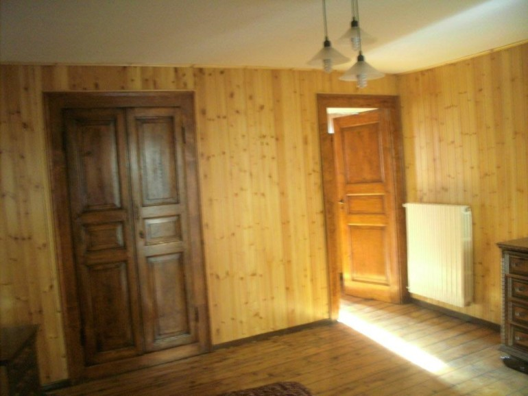 camera-2-primo-piano-porta-ingresso